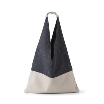 キリリと引き締まった深い藍色は、夏の涼やかさを演出する和の季節色。こちらは、新潟のテキスタイルメーカーによる「星紋」のあずま袋。綿麻の生地を、新潟見附で生み出された「マンガン染」の技法で染め上げています。 「星紋」あずま袋/中川政七商店