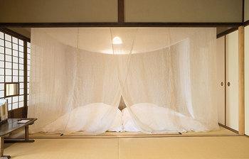 寝苦しい夜に窓をあけて風を通すとき、虫除けとして使われていた蚊帳。奈良県の特産品でもある本麻の蚊帳生地は、吸湿性があるため気化熱で体感温度を下げてくれたり、また現代の日本では、エアコンの風を直接肌にあてない優しい効果も。柔らかい光を通す麻布に囲まれる空間は心地よく、心を穏やかにしてくれます。 麻の蚊帳/中川政七商店