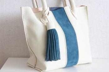 バッグと同じカラーで合わせたタッセルチャームです♪手持ちのお気に入りのバッグに、同じカラーリングでタッセルを作るとかわいいですね♡