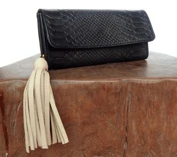 クロコのお財布も、タッセルのチャームが付くことでほどよくカジュアルダウン。黒のお財布なら、どんな色のチャームも似合うので、気分によってタッセルの色を変えても◎です♪