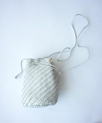 45R(フォーティファイブ・アール)の巾着バッグは夏にピッタリなかご編み。使うほどに馴染むレザーの質感を楽しめます。