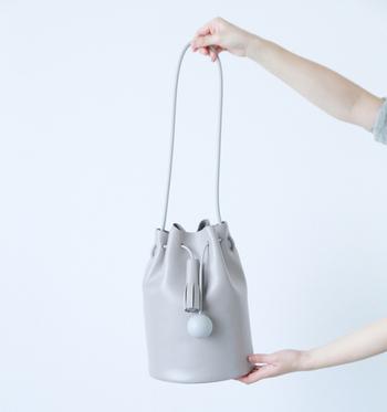 Building Block(ビルディングブロック)の巾着型ショルダーバッグは、モード感溢れる独特なデザイン。シンプルながら存在感があります。大き目のレギュラーサイズはしっかり荷物が入るのでデイリー使いにもピッタリ。