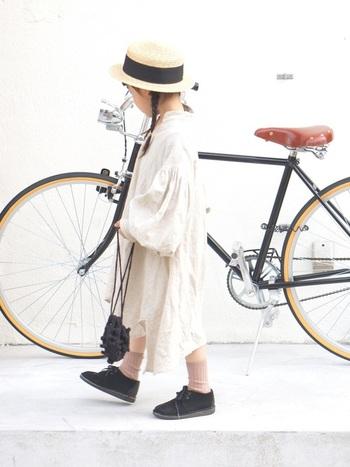 生成りのワンピースにカンカン帽。足元にはClarks(クラークス)のデザートブーツを合わせて、フレンチシックな着こなし。外国の絵本から抜け出してきたかのようなスタイリングが素敵です。