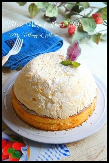 市販のスポンジやクリームチーズという身近な材料とボウルを使って作る、ふわふわ可愛いドーム型ケーキ。おやつタイムにさくっと作るのにもおススメのレシピです。
