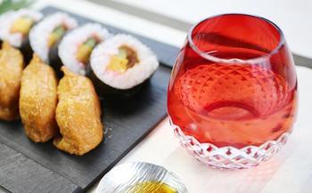 お晩酌に日本の伝統工芸品、江戸切子のはいかがでしょう。ふっくら丸みを帯びたシルエットはまるで蕾のよう。こちらは「花蕾」と名づけられた作品です。