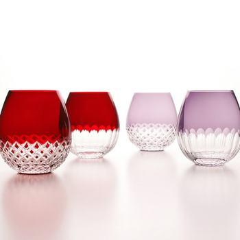 思わずウットリする美しさ。もぎたての苺を連想させる鮮やかな赤。淡い薄紫色のグラスも大人っぽくて素敵ですね。焼酎や日本酒をはじめ、ウィスキーなどさまざまなお酒を楽しめます。