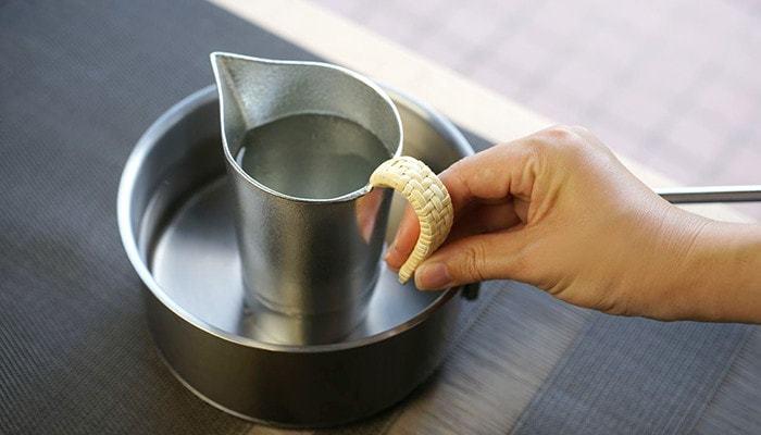 沸騰した鍋に日本酒を注いだちろりを入れ、じっくりと温めればまろやかな味わいの日本酒が楽しめます。肌寒い日にきゅっと一杯。日本酒好きにはたまらないアイテムです。