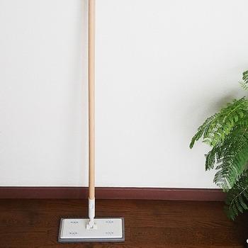 ほうきと同じく、手軽な床掃除に活躍してくれるのがフローリングモップです。ウェットシートを使えば、床のざらざらした砂っぽさもすっきり。花粉や黄砂の飛ぶシーズンには特に重宝します。