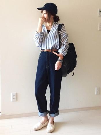 抜き襟のときはキャミソールをチラ見せしても◎ボーイッシュなコーデは、抜き襟とロールアップで程よい肌見せで女性らしさも添えて。