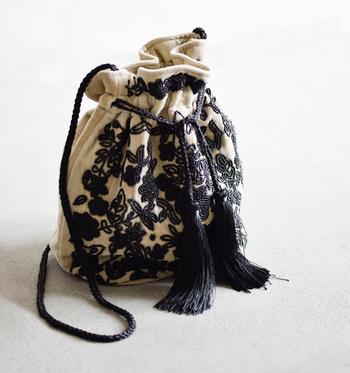 ビーズ刺繍が華やかなne Quittez pas(ヌキテパ)の巾着バッグ。ベルベット素材が高級感や上品さを醸し出してくれます。シンプルなコーデのポイントにしたいですね。