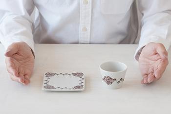 同シリーズの正角皿も揃えたくなる可愛さ。品があって小ぶりなサイズ感もそそられるものがあります。蕎麦猪口に日本酒や焼酎を注いでのんびりとしたお晩酌タイムをどうぞ。
