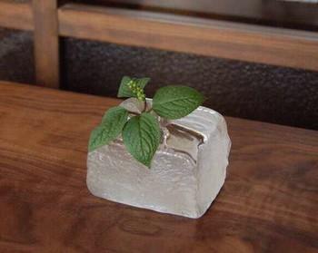 こちらは氷をイメージして作られたガラスの一輪挿し。型に流れ込んで出来るカタチをそのまま活かして作られたガラスの氷は、ひとつひとつ形が違ってとてもリアルです。お好きなグリーンや花をさり気なく飾るだけで、涼しげで美しいインテリアになりますよ。