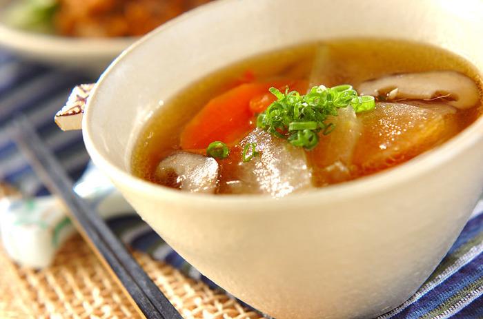 冬の瓜と書きますが、冬瓜の旬は夏。とろりとしたやわらかな冬瓜に和のお野菜をプラスした和風スープです。鶏モモ肉と冬瓜の相性は抜群です。しょうが汁を入れているので、じんわりと温まります。