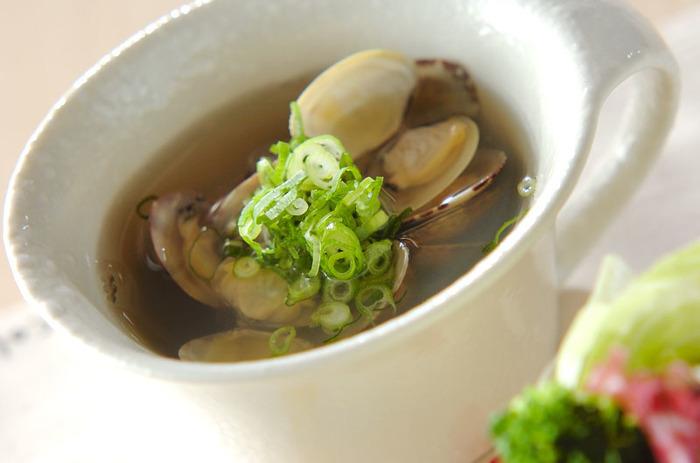 アサリのダシが美味しい和風のスープです。丁寧にアクを取ってあげると透き通った美しいスープが出来上がります。仕上げにたっぷりと刻みネギをのせるとより和の面持ちが強調されますね。