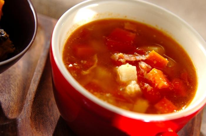 角切りにしたお野菜をトマトのスープでじっくりと煮込んだミネストローネ。パルメザンチーズをふりかけていただくと濃厚なコクがプラスされて、大人っぽく仕上がります。