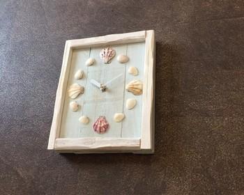 貝殻と木材をつかって作られた掛け時計。夏の浜辺を思わせる時計は、飾るだけでリゾートにいるようなゆったりとした時間が流れそう。