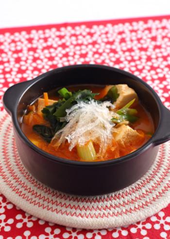 コクのある豆腐チゲに糸寒天とワカメをくわえて、腸内をきれいにしてくれるスープに仕上げました。コチュジャンの量を調整すると辛すぎることがありません。