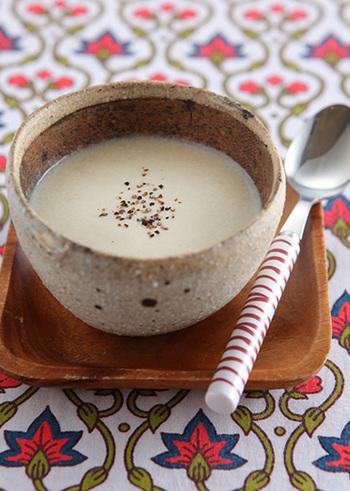 ごぼうとじゃがいも、玉ねぎに豆腐がはいった栄養価の高いスープです。ミキサーでなめらかにしているので、ごぼうの食物繊維も摂りやすくなっています。