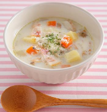 あさりの缶詰を使った簡単クラムチャウダーです。牛乳とコンソメ、粉チーズで仕上げるので、おうちにあるものでささっと作ることができますね。