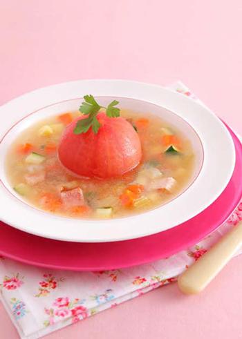 丸ごとのトマトがどーんと入った目をひく夏らしいスープです。湯剥きしてあるので、なめらかなトマトらしい柔らかさを堪能することができます。角切りにしたお野菜がカラフルで可愛らしいですね。