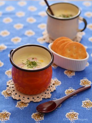 コーンクリーム缶を使ったコーンスープですが、顆粒だしは使わず、ソーセージでコクを出しています。コーンスターチをくわえて、なめらかなとろみをつけています。小さな子供も大好きなコーンスープは覚えておきたいレシピです。