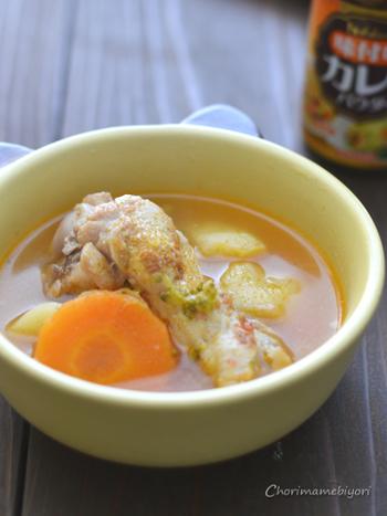 カレーパウダーを使って風味よく味付けした塩手羽のスープ。骨付きのお肉は美味しい出汁がたっぷりといただけますし、豪快に手で持って食べるとメインにもなるボリューム感です。