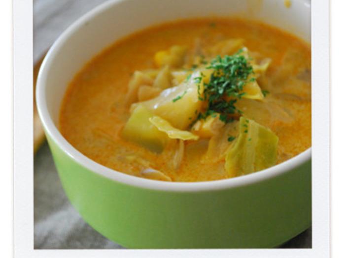 キャベツにコーン、きのこを合わせたヘルシーなミルクベースのスープにカレー粉をプラスして、夏によく合うスパイシーなスープに。ミルクカレースープなので、マイルドで子どもたちも美味しく食べることができますよ。