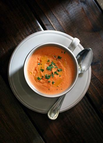 ハンドブレンダーで攪拌した人参に豆乳とコンソメスープをくわえて、あっさりと仕上げたやさしい味わいのスープです。色味がきれいなので、食卓にあると華やかな雰囲気になりますね。