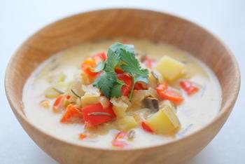 しょうがのみじん切り、ローズマリー、タイムをくわえた洋風のミルクスープです。美味しいパンとミルクのスープがあれば、大満足の朝ごはんになりそうです。
