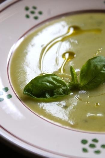 よく煮たズッキーニとジャガイモ、玉ねぎとバジルをブレンダーで攪拌したとろりとなめらかな食感のお洒落なスープです。フレッシュバジルの葉とオリーブオイルでおめかししたら、おもてなしにもぴったりですね。