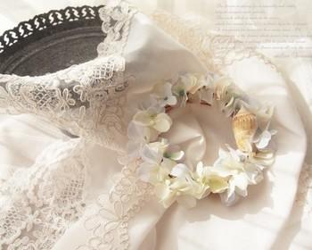 """""""人魚姫の宝物 """"という素敵な名前が付いた、夏にぴったりの涼しげな白いお花のリース。小さめサイズの可愛いリースは、ちょこんと飾るだけで、たちまちナチュラルに夏を演出してくれますよ。"""