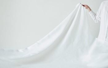真っ白で爽やかなリネン100%のシーツです。リネンの素材の特性、吸水性と速乾性が高く、蒸し暑い日本の夏でも衛生的に気持ちよく使えるシーツです。見た目も爽やかで一気にお部屋が夏仕様になりますよ!