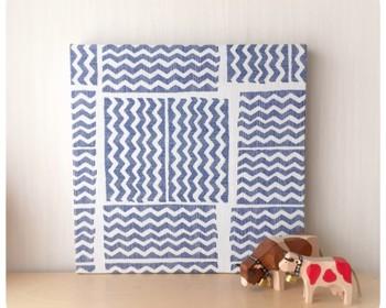 こちらは、ギザギザ模様がユニークなストライプ柄のファブリックパネルです。ブルーの北欧縞模様とさらりとした素材感が夏にぴったりですね。