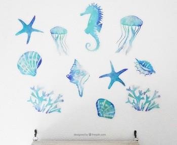 涼し気な色合いの海の生き物達のウォールステッカー。クラゲやサンゴ、貝、タツノオトシゴたちが楽しく壁を彩ります。スイッチカバーやフレームに合わせたり、壁だけでなく家具に貼ったり…いろいろとアレンジしたくなりますね!