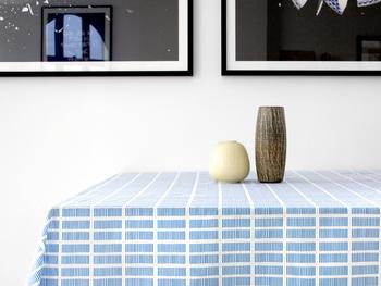 デンマークの女性たちに愛される「Rosenberg Cph」の撥水生地を使ったテーブルクロスです。一つ一つ手書きで描かれたストライプ模様が特徴の「Tile」。空の色を連想させるような綺麗なブルーは、白と合わさることで爽やかさが強調され、夏らしさを演出してくれます。