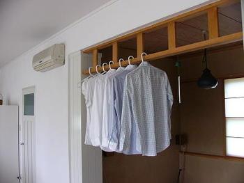 室内干しのときは、ハンガーを同じものに揃えるとうっとおしさが半減します。すべて同じものに揃えるのが難しい場合は、ハンガーのカラーだけでも揃えるとすっきり見えます。