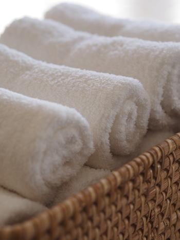 タオルはくるくる丸めて収納するのも素敵です。ホテルのように仕上げるには、同じ方向に巻くことと、長さを揃えることが大切です。