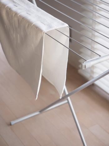 タオルやマットなど大物を干すときは、布同士がくっつかないように干すと風が通って、早く乾きます。