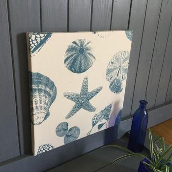 淡いブルーの海の生き物たちをモチーフにしたファブリックパネルは、お部屋に爽やかな海の風を運んできてくれそう。ファブリックパネルは簡単に作ることができるので、お好きな布で壁を飾って夏を楽しんでください。