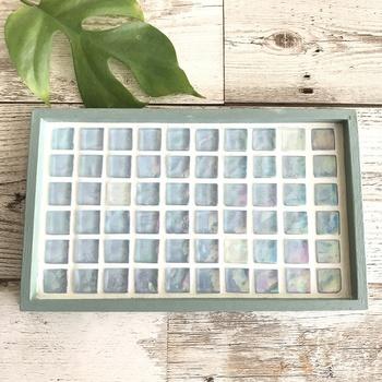 淡く優しいブルーの、ガラスのカフェトレイです。光を受けて色んな色に変化するガラスタイルは、飾っておくだけでも爽やかで涼しげですね。カフェトレイやアクセサリートレイとして、お気にりのグリーン置き場に、お客さまへのおしぼりトレイに…色々と活躍してくれそうです。