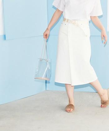 ラップデザインのホワイトデニムスカートは、着回しやすく、シンプルな着こなしをぐっとお洒落に見せてくれます。カジュアルな印象ですが、折り重なったラップデザインが女性らしいシルエット。