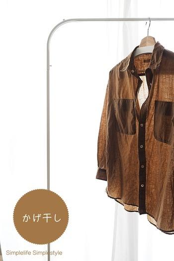 色落ちが心配な衣類はベランダなどに出さず、室内で陰干しするとよいでしょう。