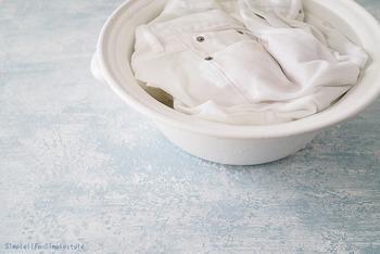 真っ白な衣類を洗いたいときにも手洗いが便利。洗濯機でほかの衣類と混ぜて洗ってしまうと、ほんのり色がうつってしまうことがあります。洗い桶ならひとつだけのアイテムに漂白剤を使うこともできますね。