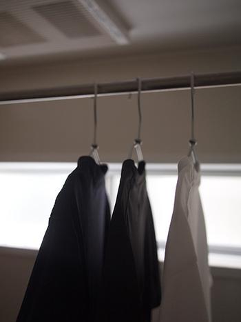洗濯ものを室内に干すときは、できるだけ高いところに干すようにします。乾いてあたたかい空気は、お部屋の上のほうに集まり、湿気の多い冷たい空気は下のほうに集まるという性質があるためです。