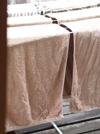 洗濯ものはふりさばくようにして、しわを伸ばして干します。手でパンパンとたたいてあげるのも効果的です。