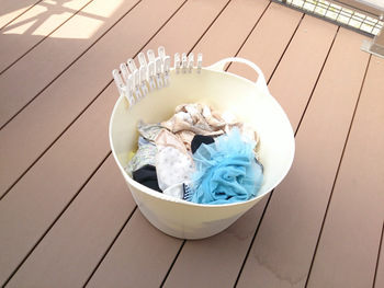 ベランダなどで干すときには、ピンチなども一緒に持っていくようにします。ランドリーバッグにつけておいたり、小さな箱に入れておくのもいいですね。