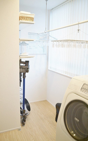 室内干しはいかに速く乾かすかが重要です。サーキュレーターやエアコン、扇風機などを使って風を動かすようにすると、洗濯ものの周りの湿った空気が移動して速く乾きます。