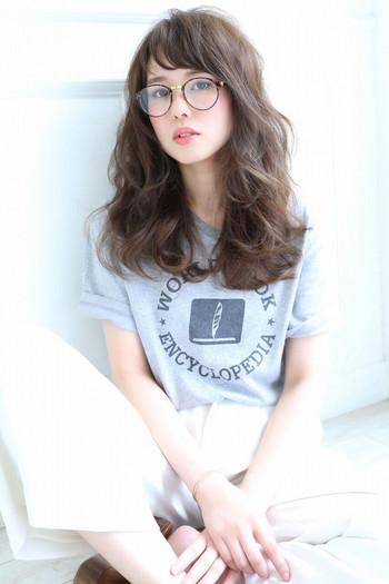 オン眉バングをロングヘアでナチュラルに楽しむなら、髪全体をパーマやコテでふわっと巻いてあげると◎ 大人っぽさと少女っぽさのバランスが絶妙なスタイルに仕上がります。