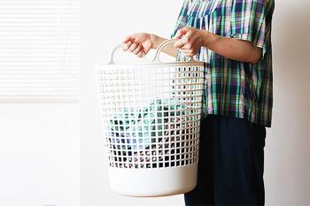 洗濯ものを干すときは、できるだけ速く乾かすのが生乾臭などを発生させないコツです。洗濯機からランドリーバッグにうつす際にあらかじめ、衣類ごとにおおまかに分類しておくと干す場所でもたつきません。