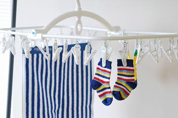 ピンチハンガーには下着や靴下など小物類を干すことが多いですよね。ですが、タオルやズボンなど長さがあるものも案外便利に干すことができます。